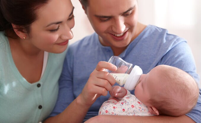 Preparing a bottle feed for your baby